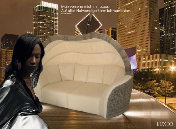 Die Luxor Lounge in cubu mit creme-weißen Polstern.