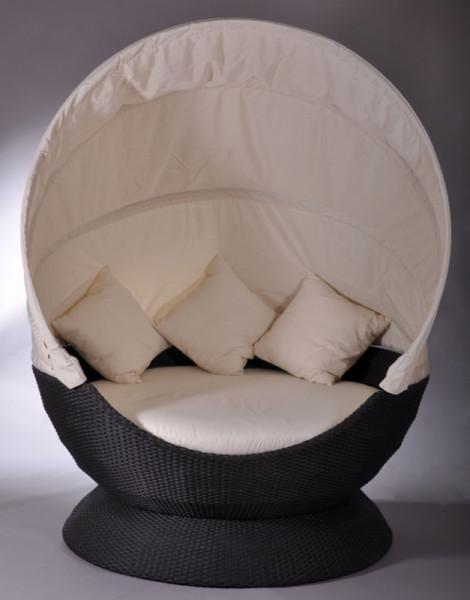 Die Nest Lounge in schwarz mit creme-weißen Kissen.