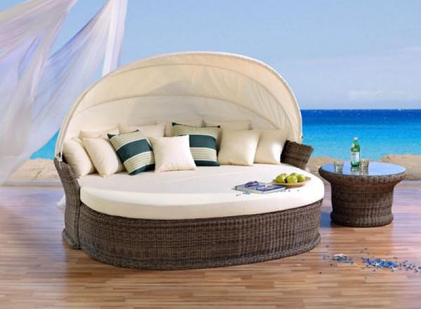 Die Venus Lounge mit Club Tisch und Sessel im cubu-cream Geflecht.