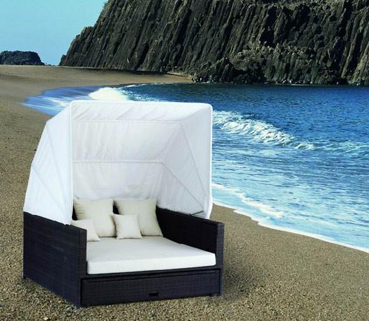 Die Beach Lounge in schwarz mit creme weißen Kissen.