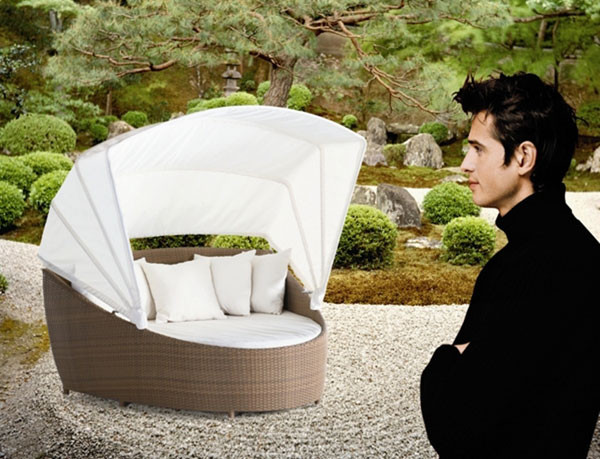 Die Diamond Lounge in natur mit creme-weißen Kissen.